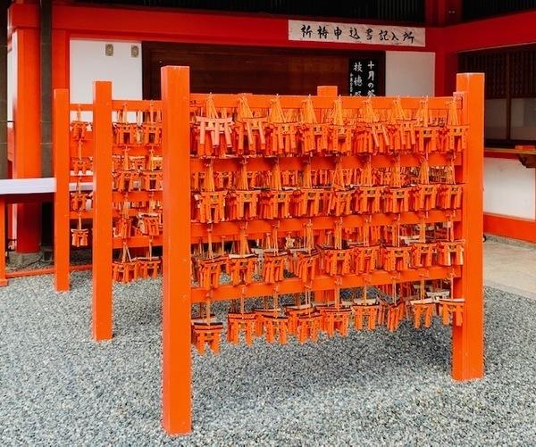 伏見稲荷大社の鳥居の絵馬.jpg